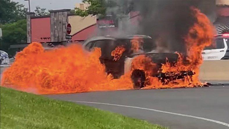 Yanan BMW X1'in Sürücüsü, Tesla Aracın Uyarısıyla Kurtuldu