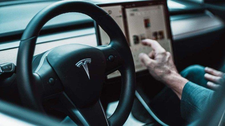 Yetkililer, Otopilot Sistemi İçin Tesla'yı Uyardı